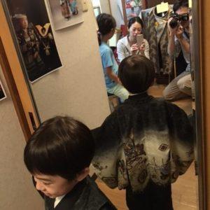 着物を試着している5歳の男児