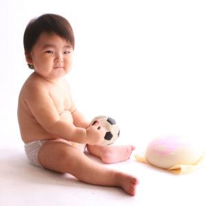 上半身裸んぼの一歳の男の子の記念写真