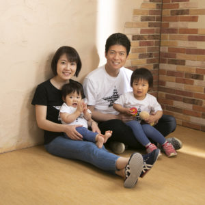 一歳の誕生日記念の家族写真