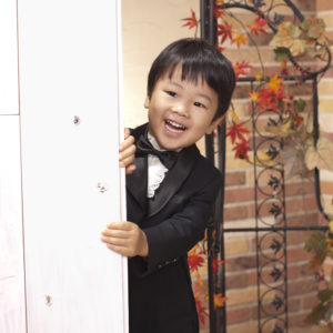 タキシードを着用の3歳男児
