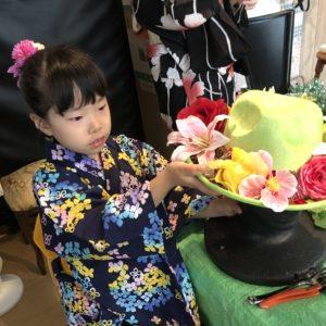 Yちゃんは造花を帽子に乗せてます。