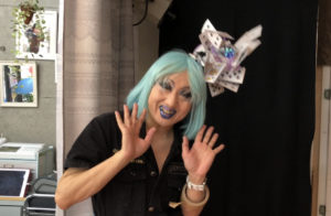 ヴィヴィアン佐藤さん、水色の髪で登場。