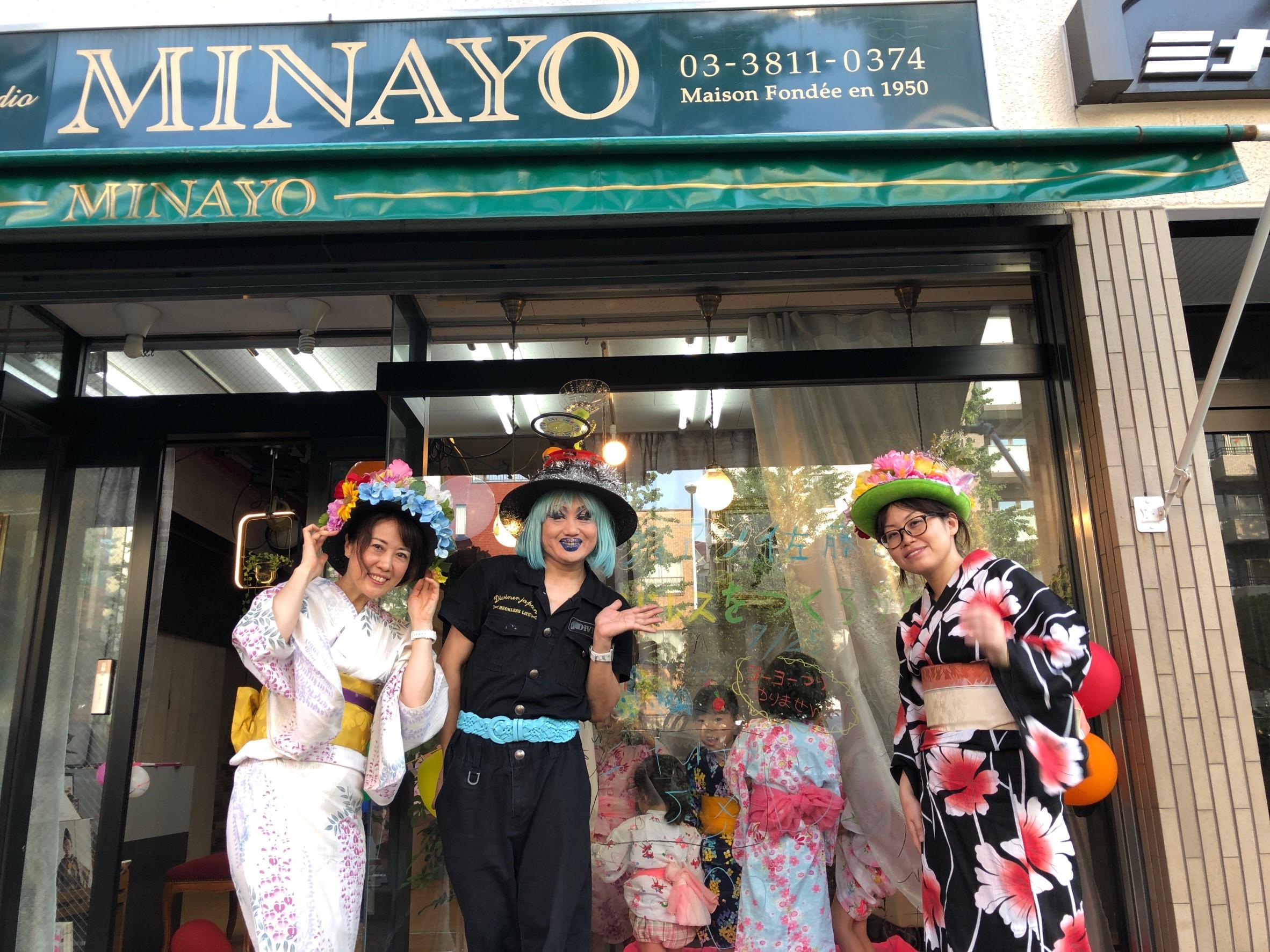 ヴィヴィアン佐藤さんと店の前で記念撮影