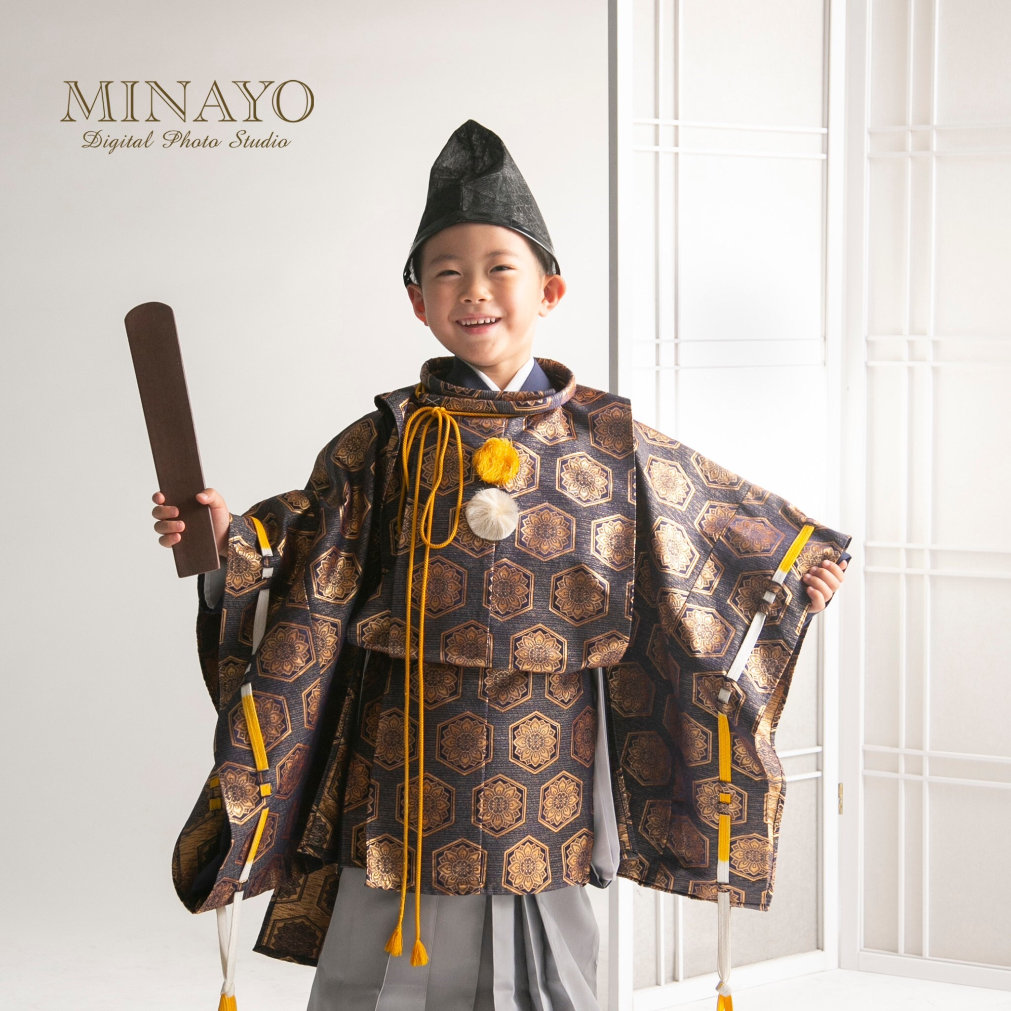 水干の衣装を着た5歳の男児