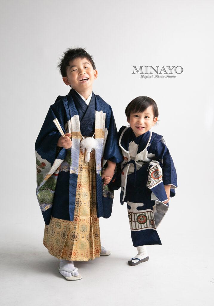 対象年齢七五三ではない、男の子は紺と白の色を使用した、兄弟向けの着物。