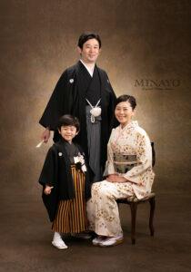 男性用袴、黒の着物と羽織で、袴は仙台平。日本男児の正装です。