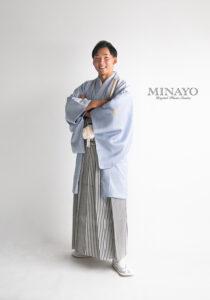 男性用袴、着物と羽織はブルーグレー、袴は白をベースにした仙台平です。