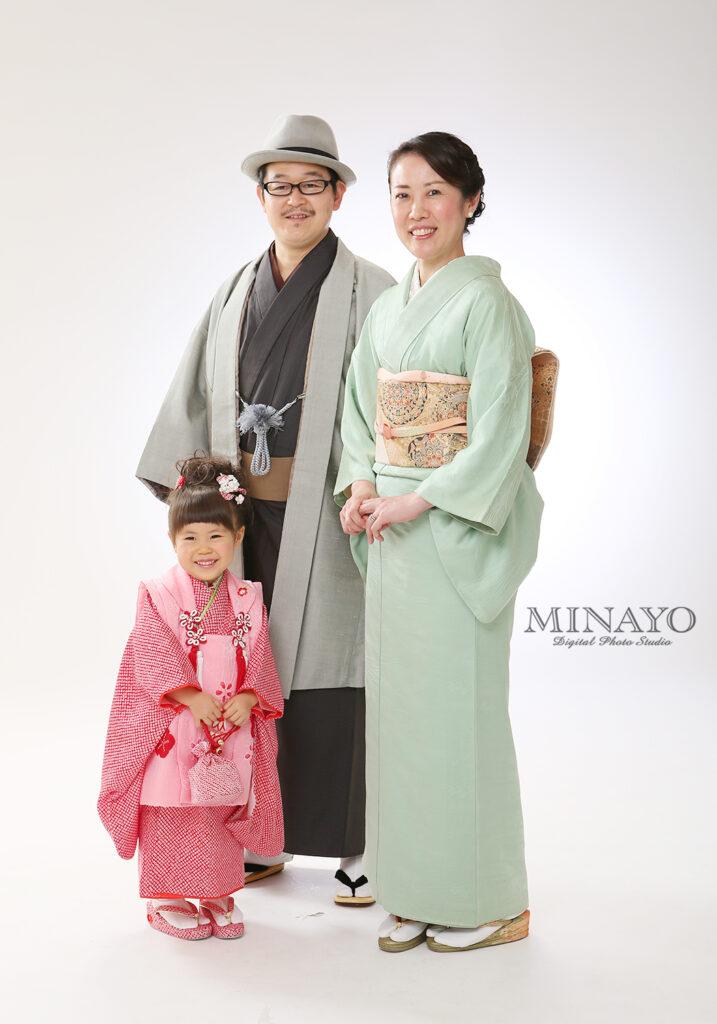 お父様の男性用袴、着物はこげ茶色で羽織は品のあるグレー色でご用意してます。お母様用の色留袖のサンプル写真です。