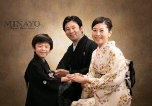 親子3人で着物を着た七五三記念写真